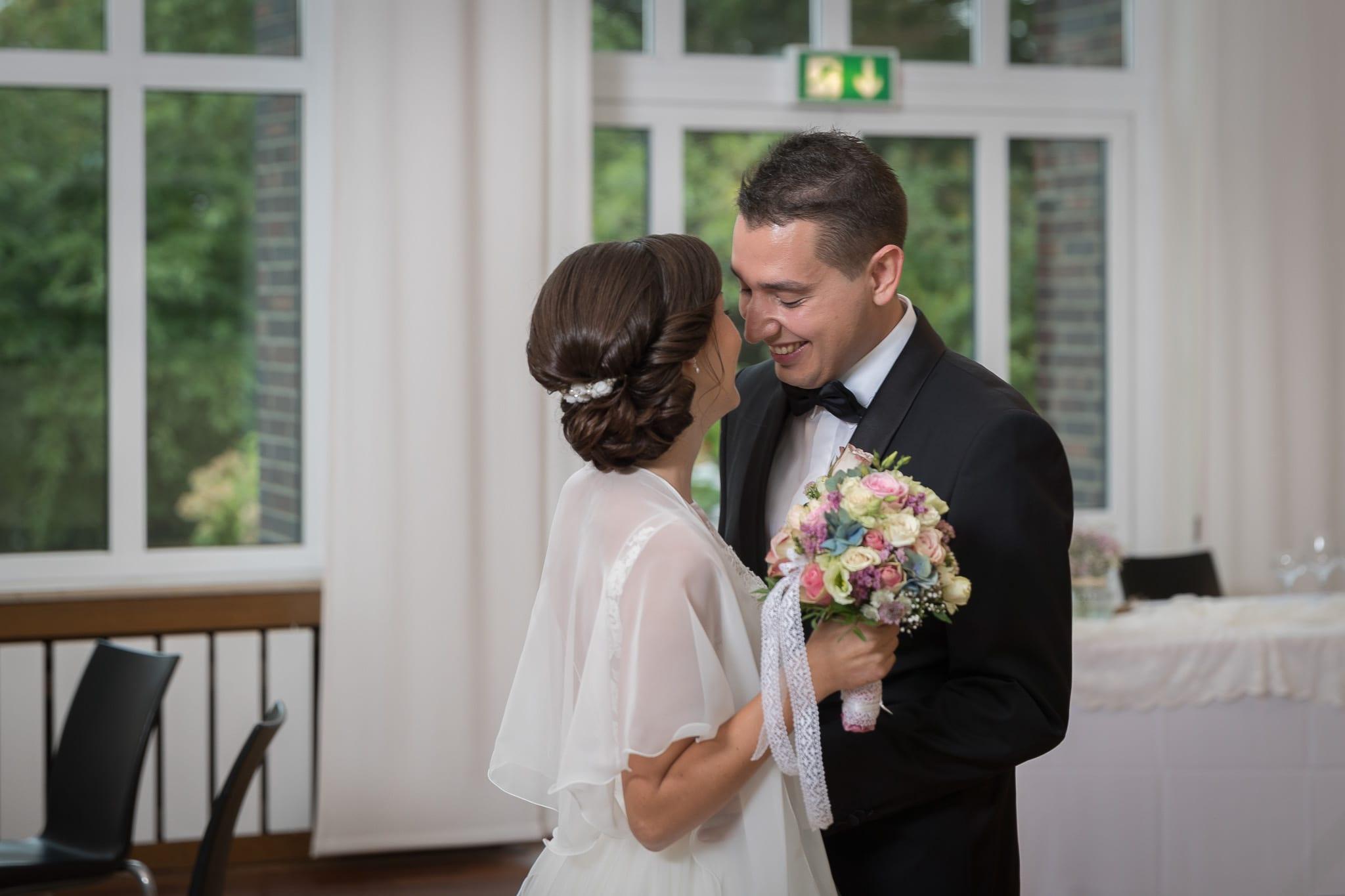Bräutigam begrüßt Braut