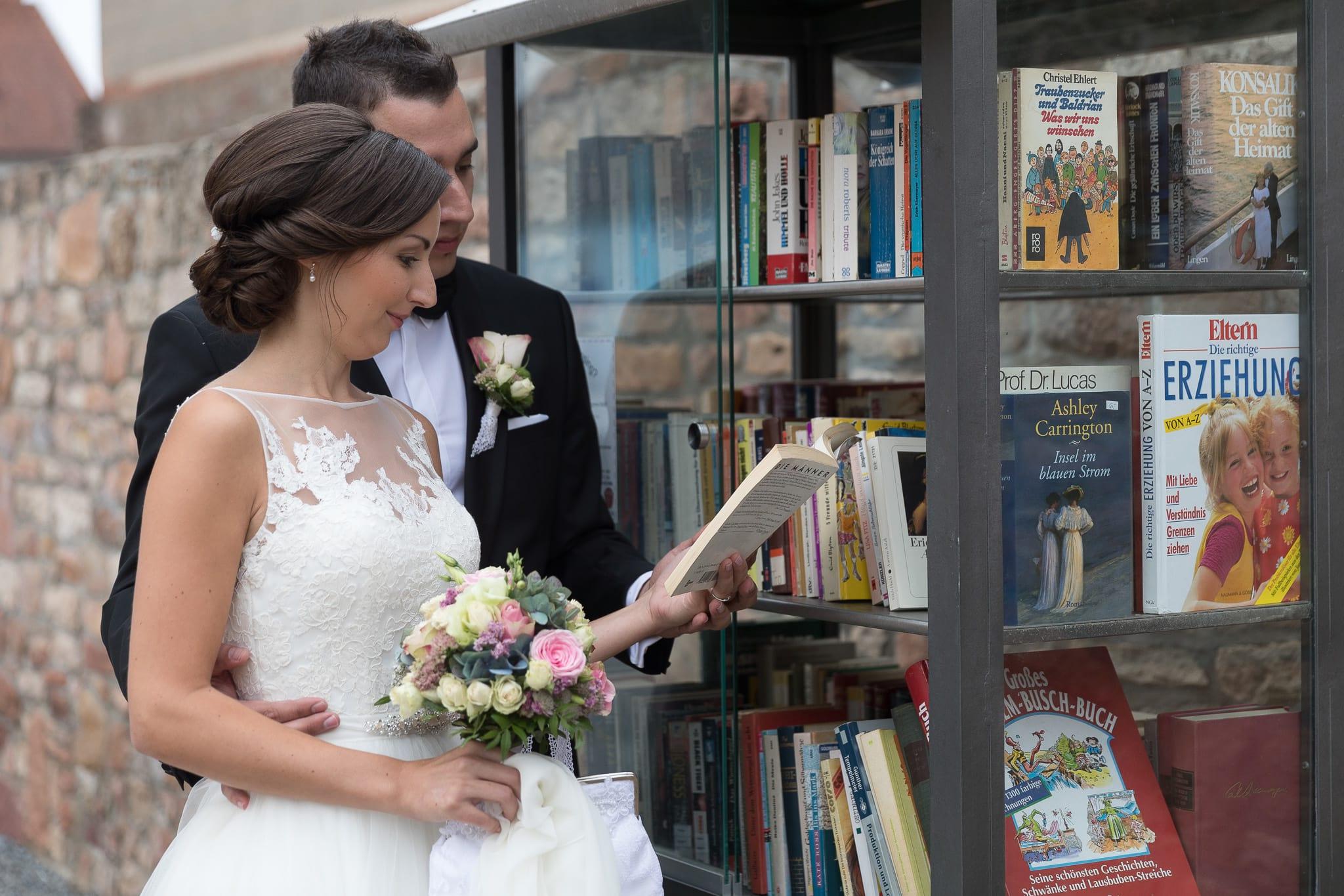 Brautpaar mit Buch