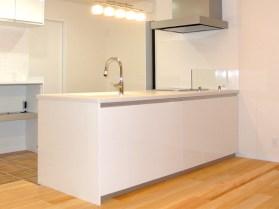 清潔感あふれる白のシステムキッチン