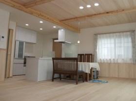 白色のキッチンに天然木が明るい印象