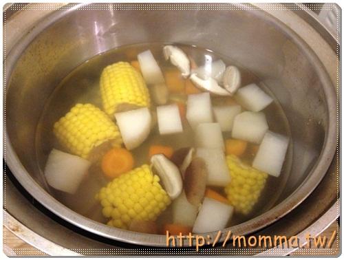 [P家廚房]香煎雞腿排+炒高麗菜+炒小白菜+蔬菜湯 4