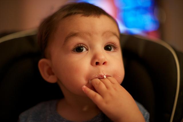 嬰兒吃手是智力發育的訊號