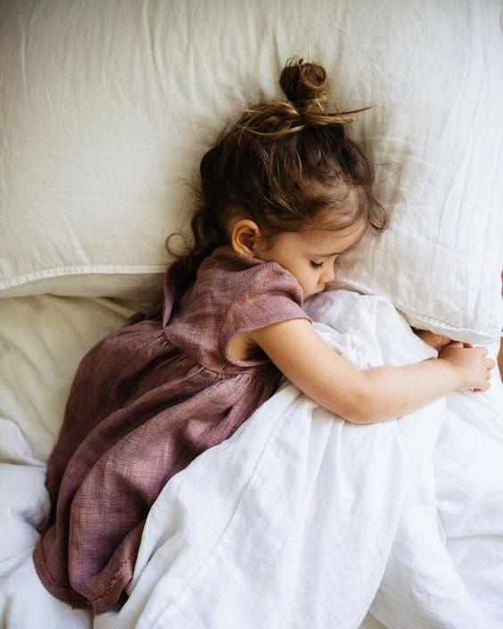 Een kleuter leren weer in eigen bed te slapen