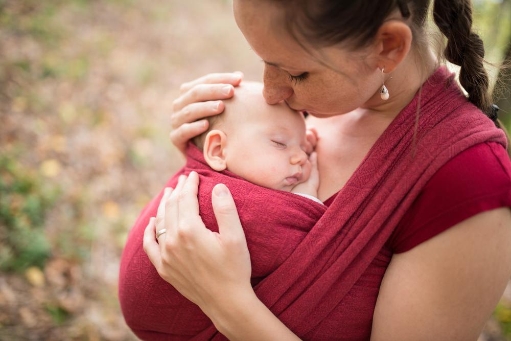 De baby dragen | Over draagzakken en draagdoeken