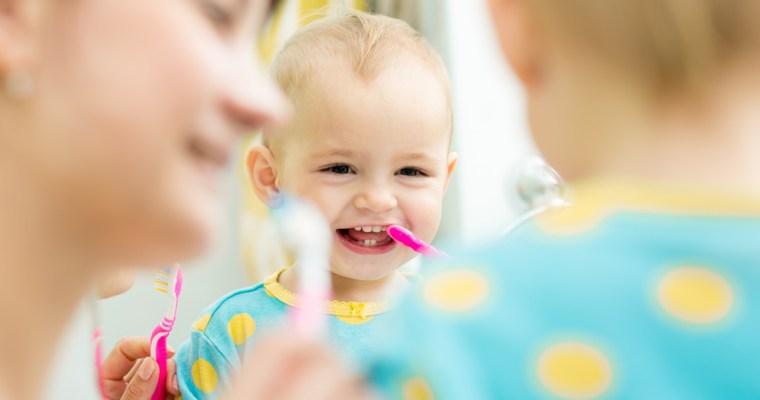 Gezellig samen tandjes poetsen | wanneer tandarts?