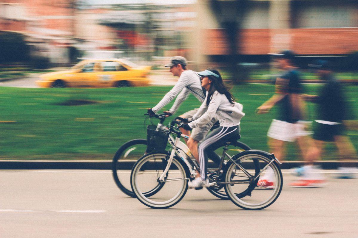 Op een elektrische fiets met je kind achterop