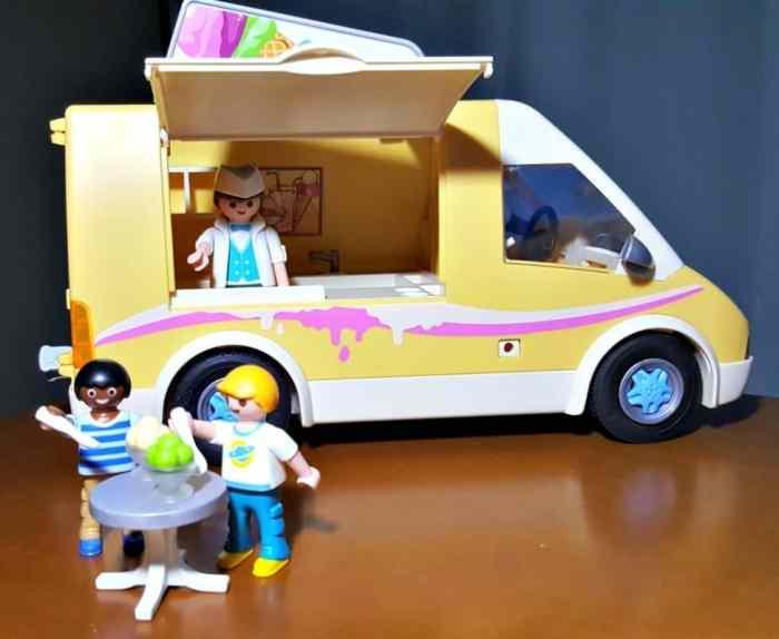 playmobile ice cream truck eating ice cream