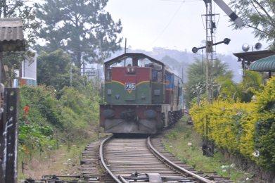 ハプタレー駅を通過するスリランカ鉄道