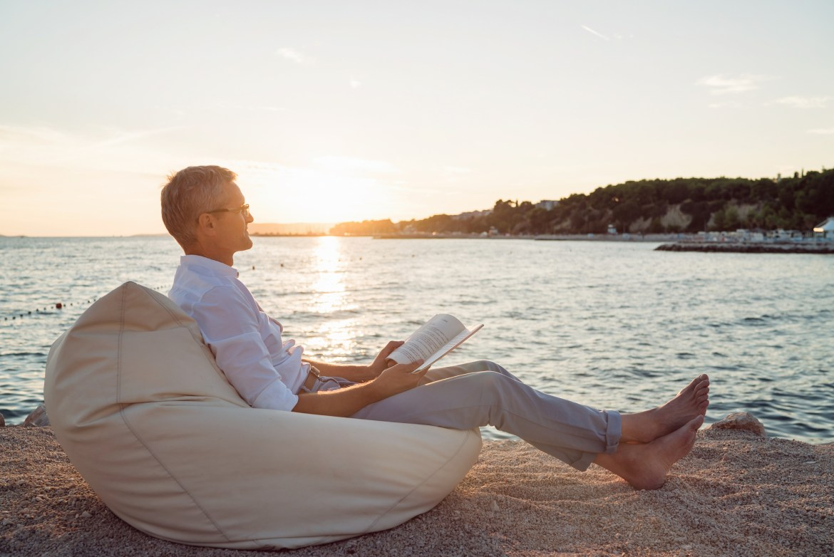Bedside Reading® Celebrates Dads With a Collection of Beach Reads Perfect for a Hamptons Getaway