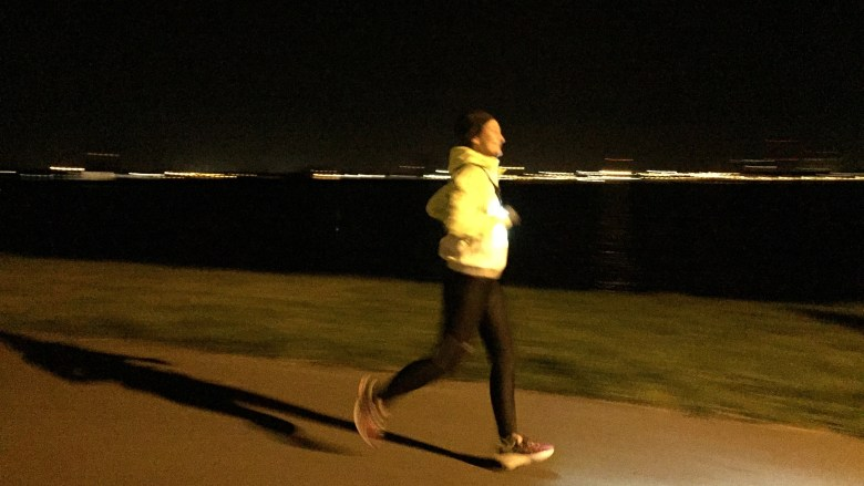 MOM RUNS THE CITY BY NIGHT RUN LIGHT KALENJI DECATHLON