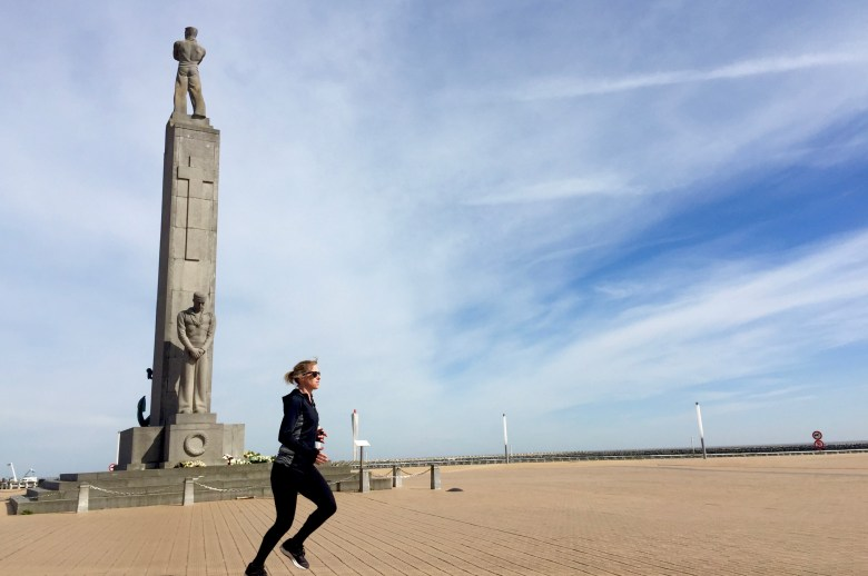 Moms Run The City, lopen in Oostende met Jean Coens, Zeeheldenmonument