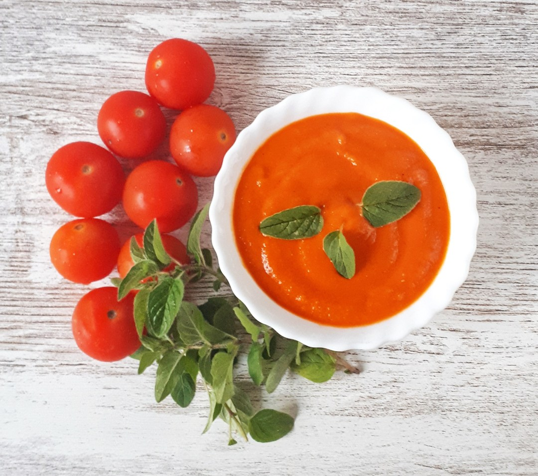 Learn how to make this marinara flavorful tomato sauce made with fresh tomatoes and fresh herbs. Is so simple and easy to make. It's great on pizza, tossed through pasta, with meat or fish… there's so much you can use it for!