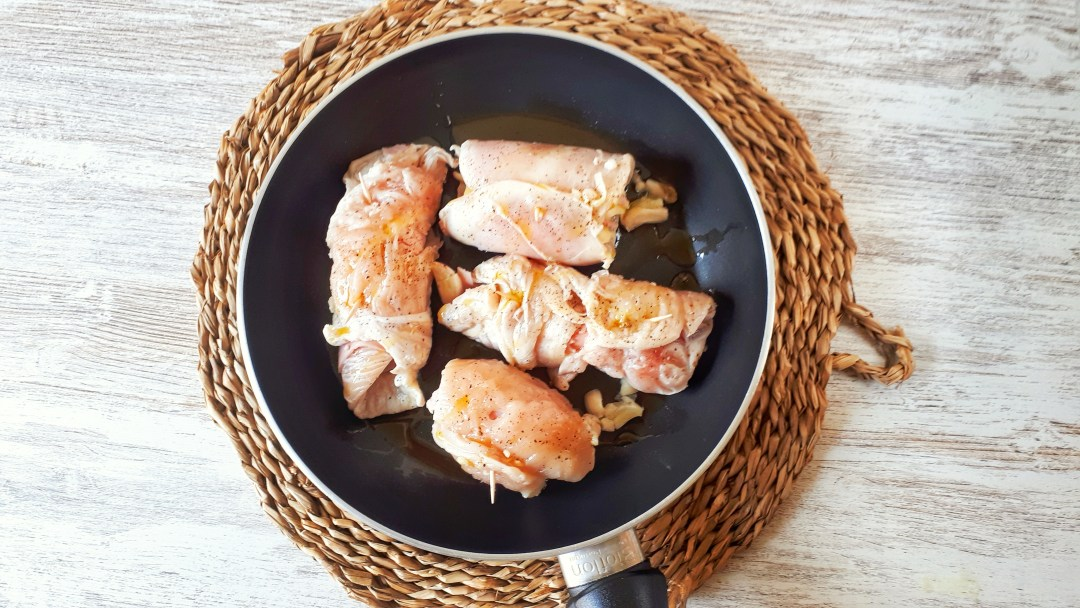 These chicken breasts stuffed with cheese and turkey ham are a low carb and healthy recipe, perfect for your weeknight dinner ou for a dinner with friends if you want to impress them.