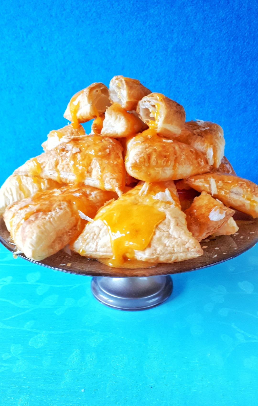 These puff pastry turnovers made with frozen puff pastry are so easy and quick to make. The richness of the eggs cream makes them unforgettable !