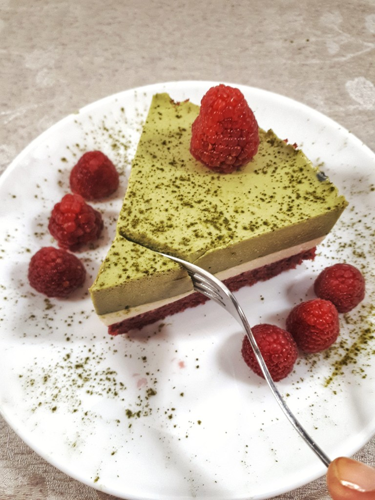 Christmas matcha mousse cake is a gorgeous three-layer cake made with matcha and vanilla mousse, all on a keto red velvet cake. It´s totally a show stopper for your holidays.#christmas #christmasdesserts