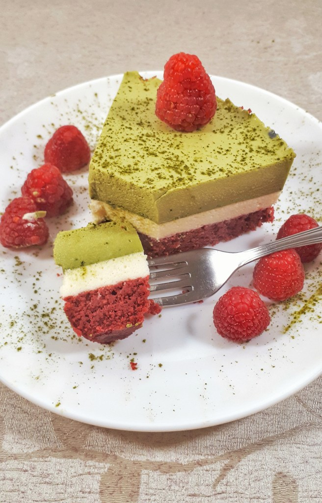 Christmas matcha mousse cake is a gorgeous three-layer cake made with matcha and vanilla mousse, all on a keto red velvet cake. It´s totally a show stopper for your holidays. #christmas #christmasdesserts.