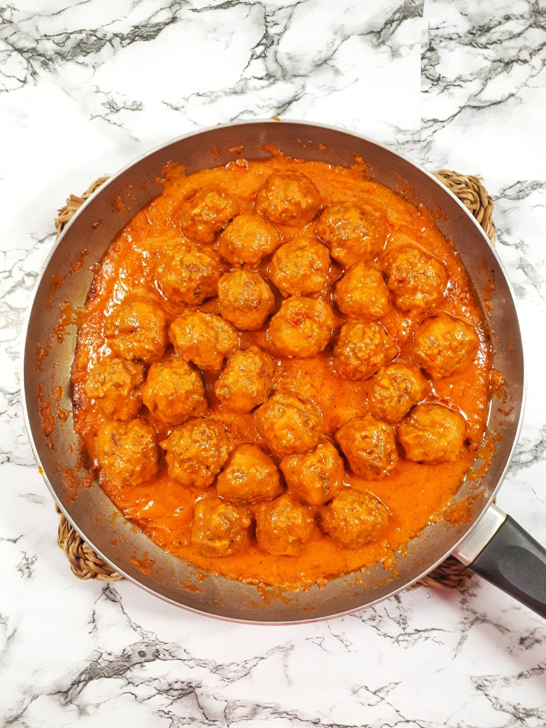 These are the best homemade Italian meatballs. It´s an easy, low carb and a gluten-free recipe that is ready in under than 30 minutes.
