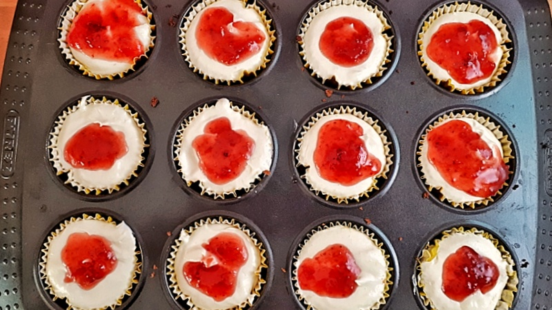 These keto mini cheesecakes are creamy and delicious. This easy, low carb, gluten-free and sugar-free cheesecake recipe is irresistable. #ketocheesecake