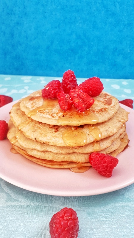 These fluffy banana pancakes are super easy to make with only 4 ingredients makes this recipe the best weight watchers pancakes. #pancakes