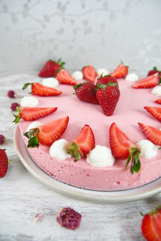 This Crustless Keto Strawberry Cheesecake is the perfect treat if you're on a low carb or sugar-free diet! It's easy to make and tastes amazing! #KETOCHEESECAKE