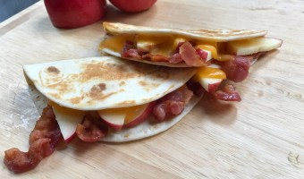 Apple, Cheddar, and Bacon Quesadillas double as lunch or dinner recipe. The perfect flavor combination of sweet, salty, and creamy, in just 4 ingredients!