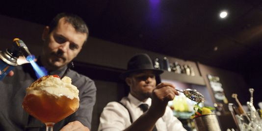 la vague rétro barman cocktails