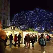 Vue d'ensemble de nuit du Marché de Noël de Rouen