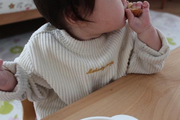 手づかみ食べは食の自立への第一歩?