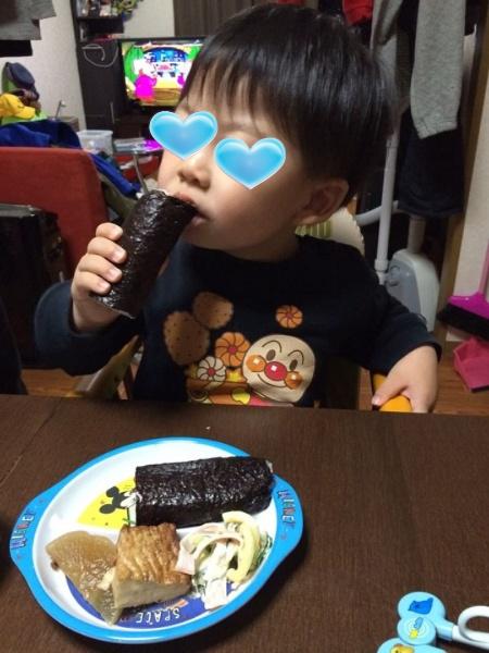 甥っ子がしっかりと恵方巻きを食べている!
