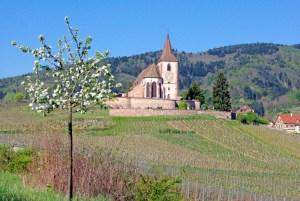 Hunawihr et son église fortifiée au printemps © French Moments