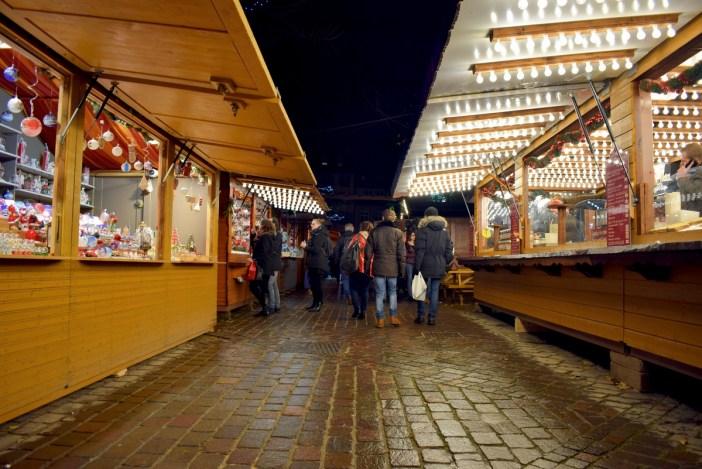 Le marché de Noël de Strasbourg sur la place Saint-Thomas © French Moments