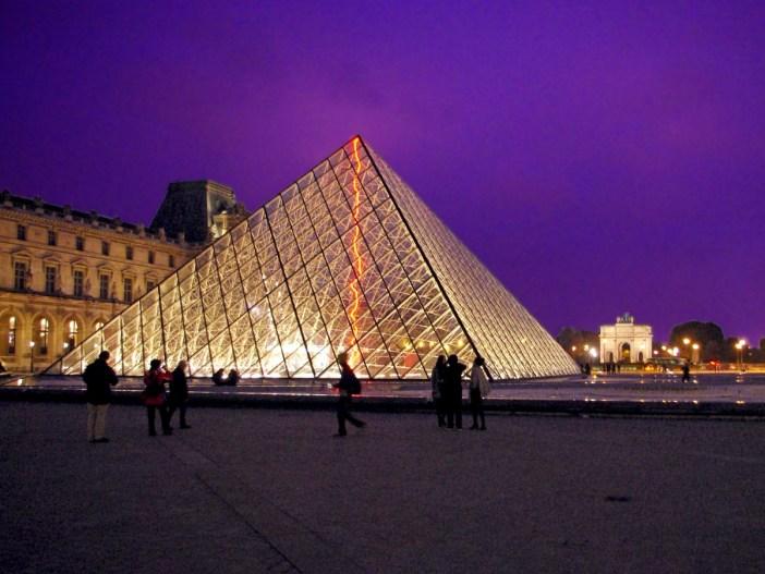 Pyramide Louvre Paris