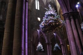 La nef de l'église Saint-Georges et ses sapins suspendus ©SHKT