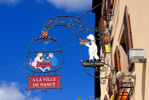 Enseigne avec saynète, Eguisheim © French Moments