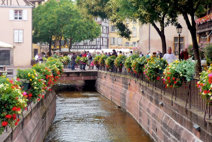 Le canal de la place de l'Ancienne Douane, Colmar © French Moments