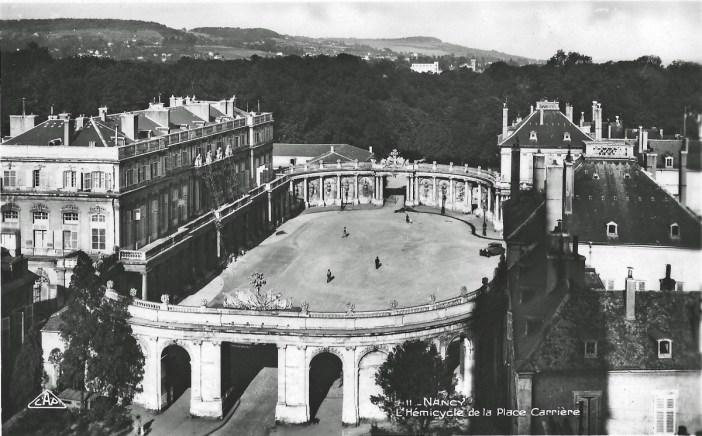 L'hémicycle de la place de la Carrière et le palais du gouverneur vers 1920