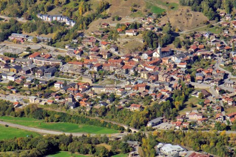 La petite ville d'Aime vue du mont Saint-Jacques © French Moments