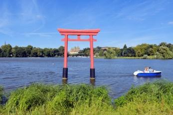 Plan d'eau du Saulcy et le torii © French Moments