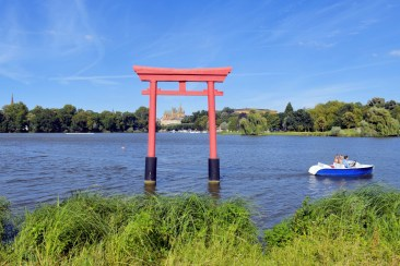 Plan d'eau du Saulcy et le torii © French Moments