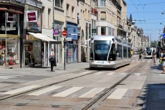 La rue Saint-Jean à Nancy et le tramway © French Moments
