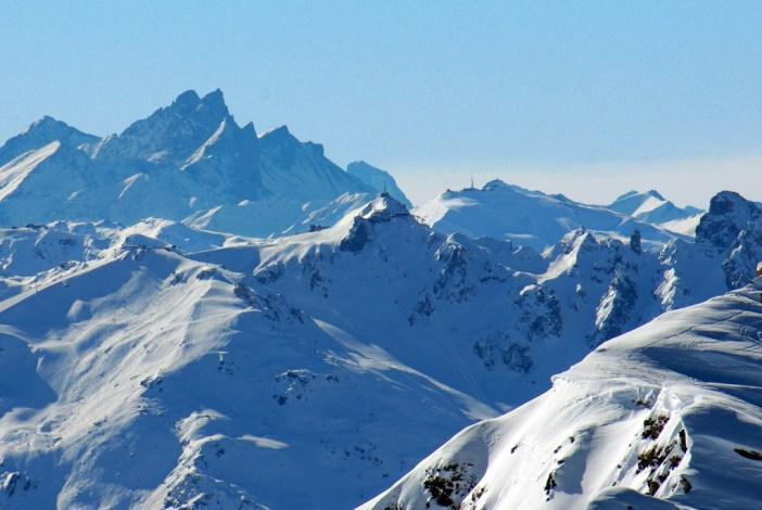 La Saulire (Courchevel) et les Aiguilles d'Arves vus de la Roche de Mio © French Moments