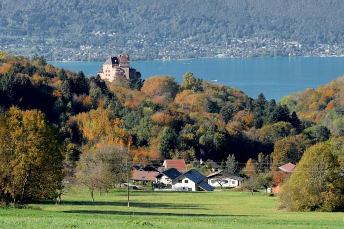 Le château de Menthon à l'automne © French Moments