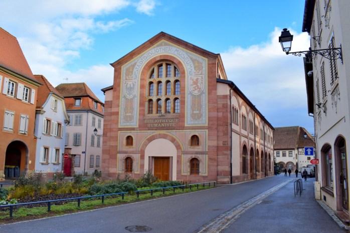 La façade de la Bibliothèque Humaniste de Sélestat © French Moments