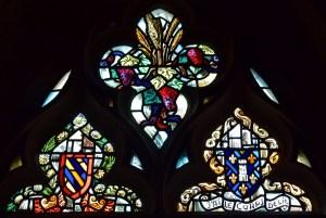 Détail d'un vitrail de la chapelle au château de Couches © French Moments