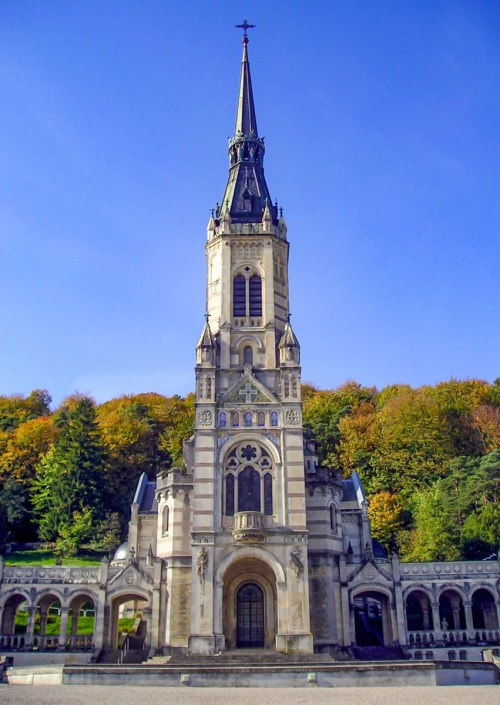 La Basilique du Bois Chenu © Frikar - licence [CC BY-SA 2.5] from Wikimedia Commons