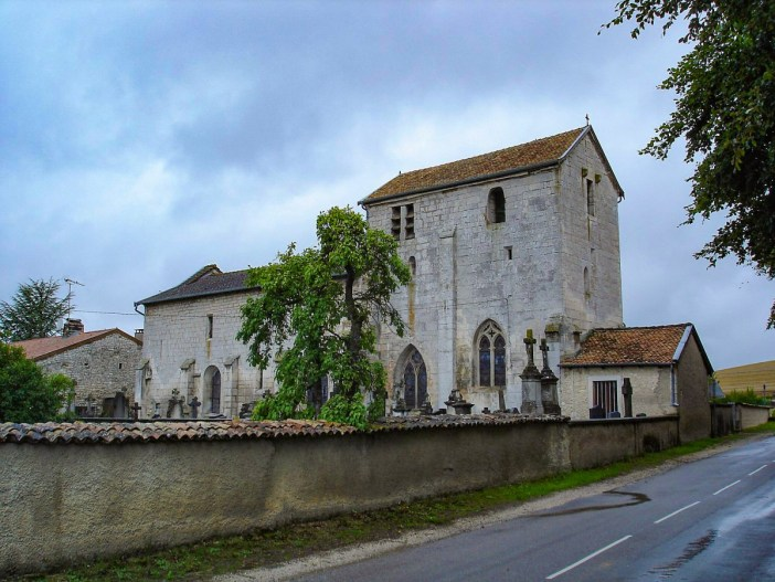 L'église fortifiée de Champougny © Camster - licence [CC BY-SA 3.0] from Wikimedia Commons