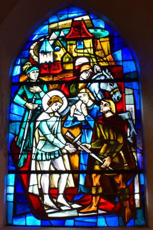 Le départ de Jeanne d'Arc de Vaucouleurs - vitrail de l'Le procès de Jeanne d'Arc à Rouen - vitrail de l'église Saint-Rémy de Domrémy © French Moments