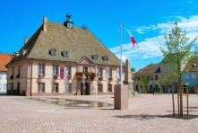 La mairie de Neuf-Brisach [from Wikimedia Commons, domaine public]