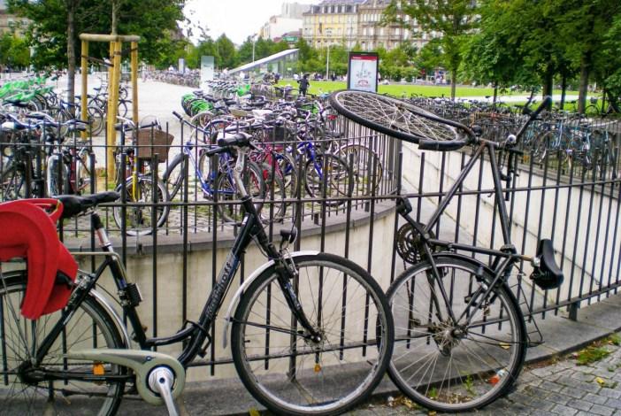 Y-aurait bien encore une petite place pour mon vélo ? Place de la Gare à Strasbourg © French Moments