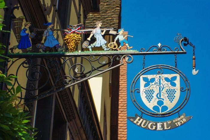 La jolie enseigne de la Maison Hugel à Riquewihr © French Moments